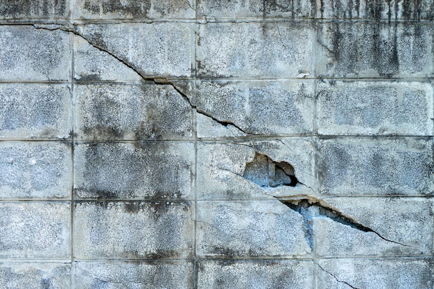ひびの入ったレンガブロックの壁
