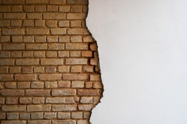 Кирпичная стена с трещинами и шпатлевка.