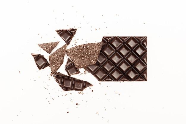 白い壁にチアシードとひびの入ったチョコレートバー