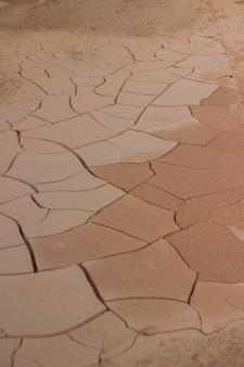 ひびの入った粘土の床のテクスチャの背景