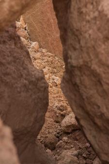 ひびの入った粘土テクスチャ背景柵