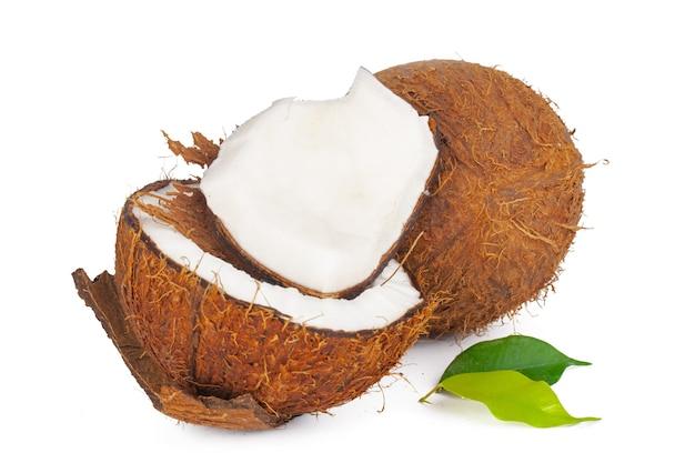 흰색 배경에 분리된 잎이 있는 금이 간 코코넛