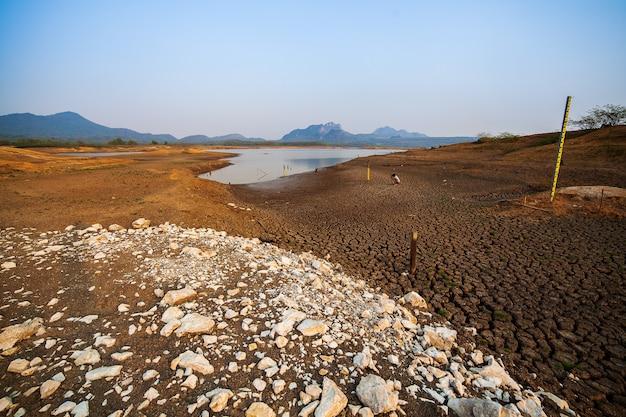 물 없이 금이 마른 땅. 추상적인 배경