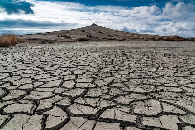 진흙 화산 기슭의 금이 간 지구