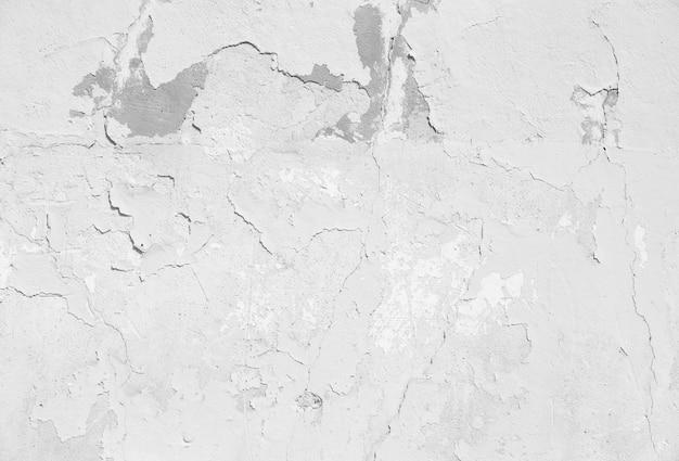 Трещины чешуйчатого бледной стены