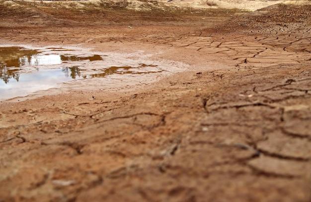 말라버린 호수 바닥의 갈라진 땅
