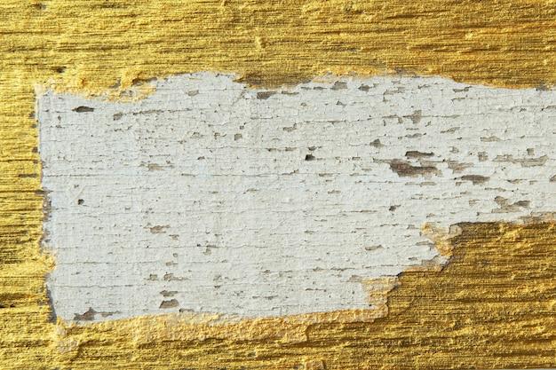 木の板の背景にひびの入った金属