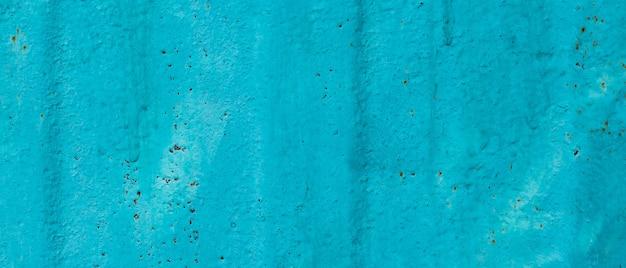 금이 칠해진 오래된 금속 질감. 칠해진 청록색 표면의 추상적인 배경입니다. 그런 지 파란색 벽 배경