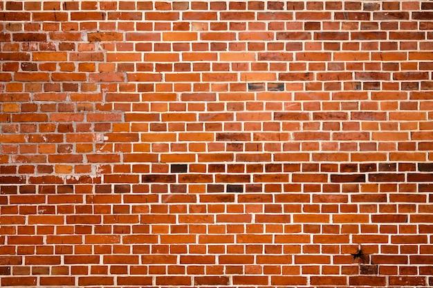 ひびの入った赤レンガの壁