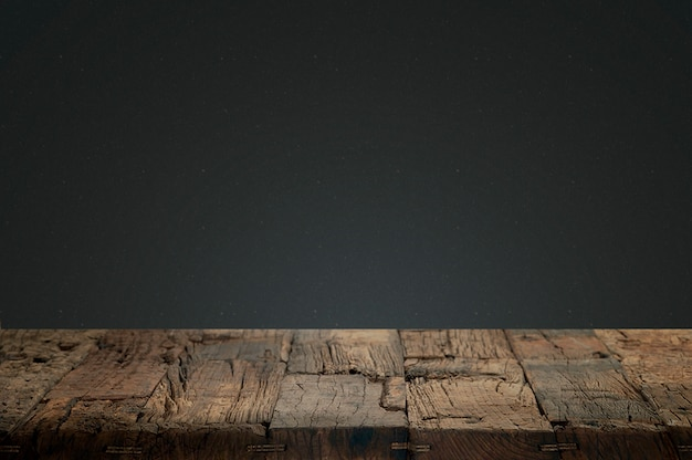 暗い背景にひびの入った木