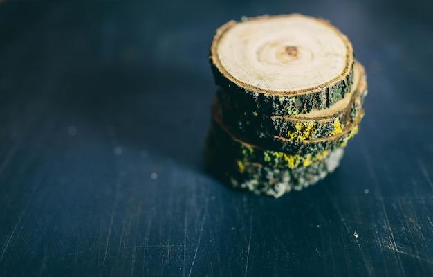 반지와 텍스처 어둠에 고립 된 금이 나무 트리 섹션. 나무 라운드 빈 커팅 보드입니다. 나무 그루터기의 상위 뷰