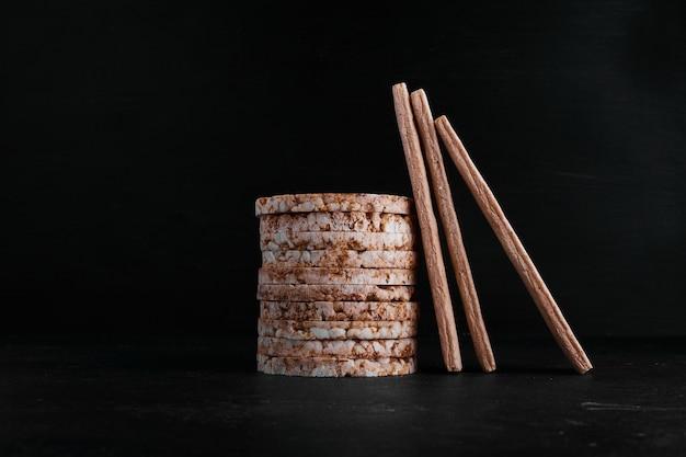 Cracker di pane in un magazzino di mucchio su sfondo nero.
