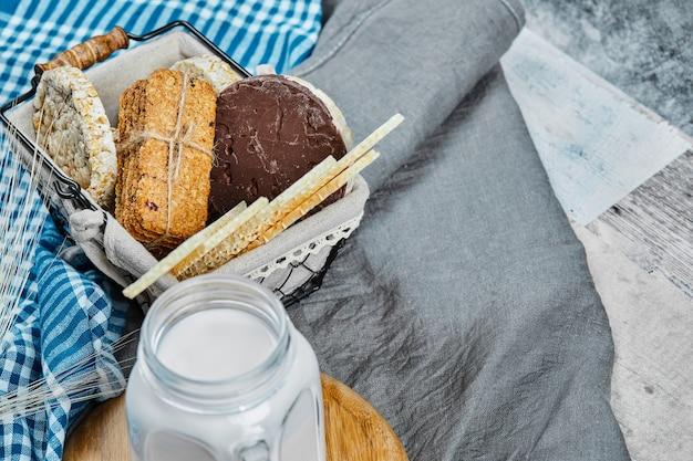 Cracker e biscotti con un barattolo di latte.