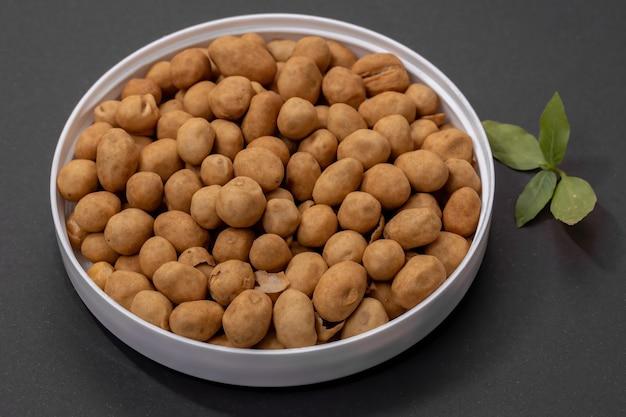 Крекерные орехи, японский арахис или арахис в японском стиле, закуска из арахиса, покрытого тестом из пшеничной муки, а затем обжаренного