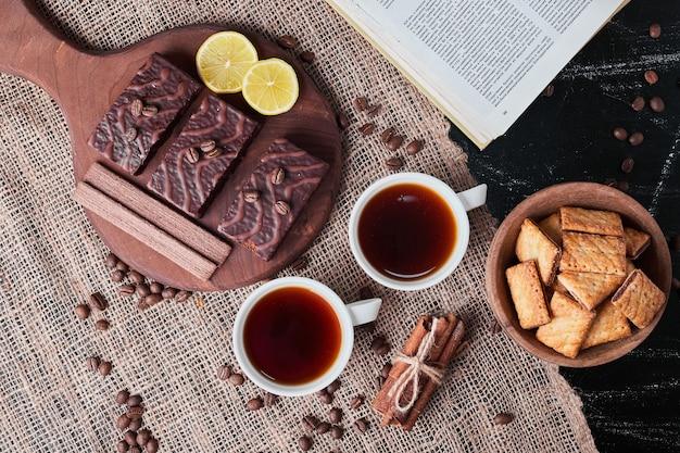 クラッカーとチョコレートワッフルとお茶