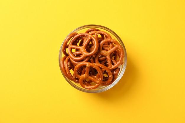 Крекеры. пивные закуски на желтом, место для текста. вид сверху