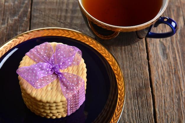 나무 테이블에 크래커 쿠키 프리미엄 사진