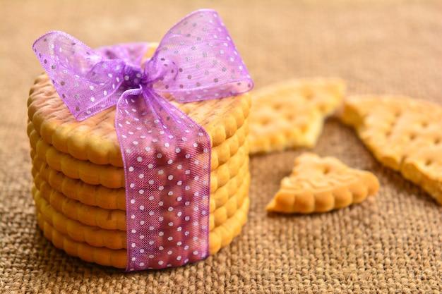 나무 테이블에 크래커 쿠키