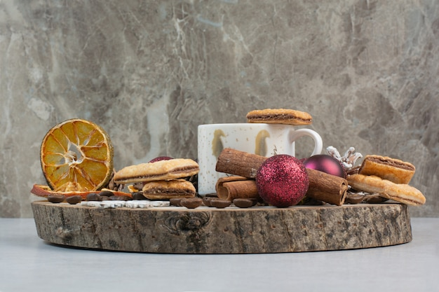 Крекеры с ароматной чашкой кофе на деревянной тарелке. фото высокого качества