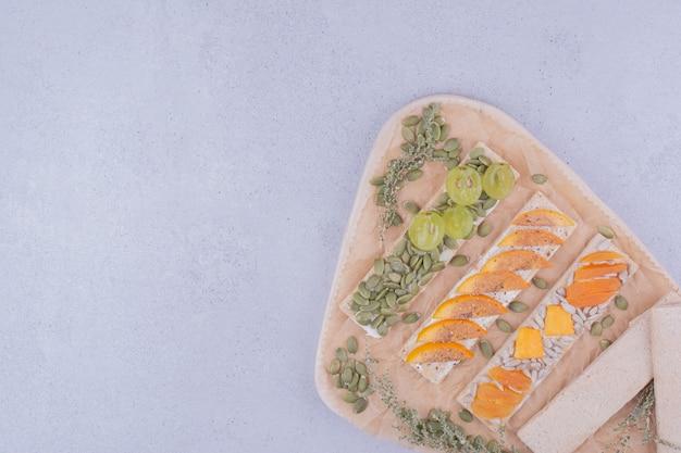 Cracker con frutta a fette e semi di zucca