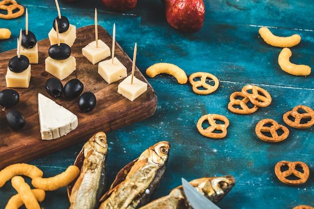 Cracker con pesce affumicato e cubetti di formaggio
