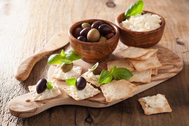 Крекеры с мягким сыром и оливками. здоровая закуска