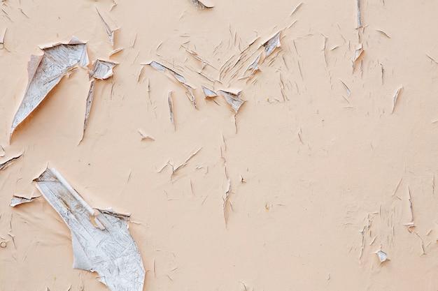 벽에 페인트를 부수고 벗기기. 필 링 페인트와 빈티지 나무 배경입니다. 조사 된 페인트로 오래 된 보드