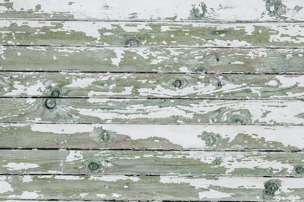 壁の白いペンキのひび割れと剥がれ