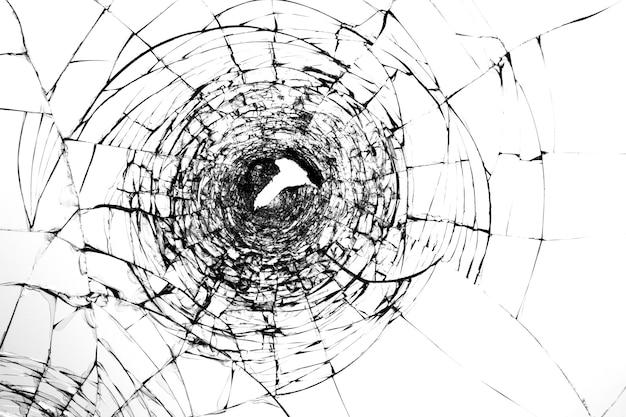 총격 후 깨진 유리에 균열. 앞유리에 구멍이 뚫린 기물 파손 및 총기로 폭행. 손상된 창문 강도.