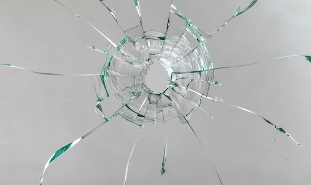 Трещины на стекле на белом фоне.