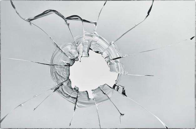 Трещины на стекле на белом фоне