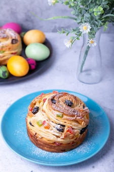 レーズンナッツ、砂糖漬けの果物、イースターエッグを添えたクラフィン