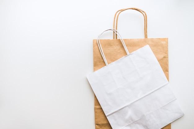 クラフトと白い環境にやさしい紙袋を分離
