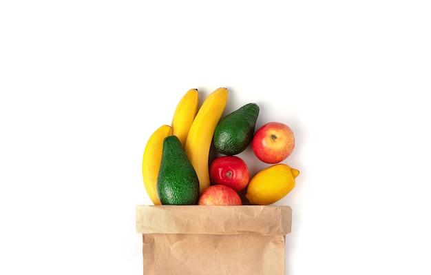 Ремесленная сумка с фруктами на белом фоне.