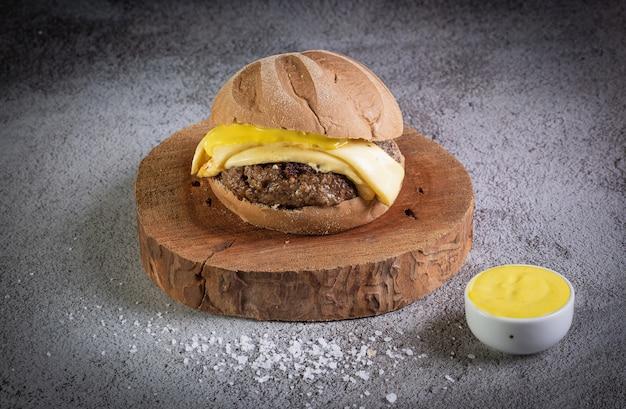 オーストラリアのパン、チーズ、ハニーマスタードソースのクラフトビーフバーガー