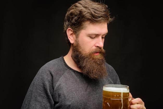 레스토랑 맥주 시간에 크래프트 맥주 신선한 맛있는 맥주 옥토버페스트 홀리데이를 시음하는 수염 난 남자