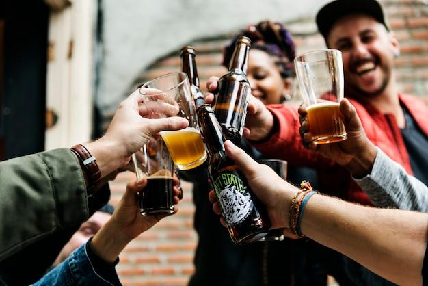 クラフトビール酒醸造アルコールは軽食を祝う