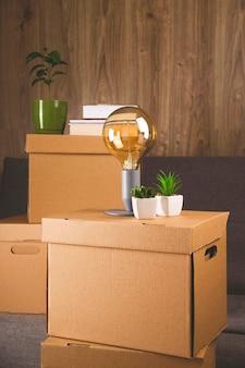 物を集めて別のアパートに移動するためのクラフトボックス。新しい住宅と移転のコンセプト。