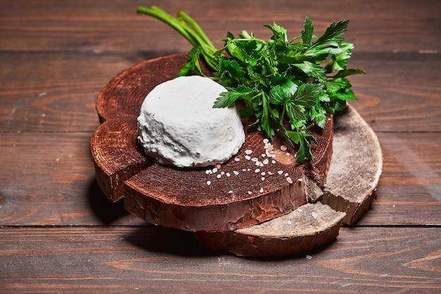 나무 판자에 채소를 잔뜩 넣은 크래프트 치즈