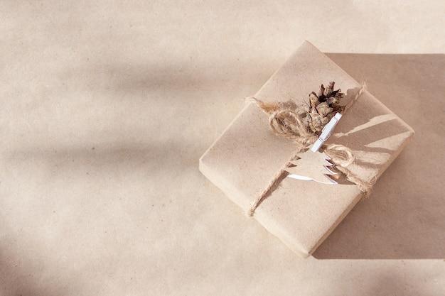 Ремесленная рождественская подарочная упаковка концепция нулевых отходов