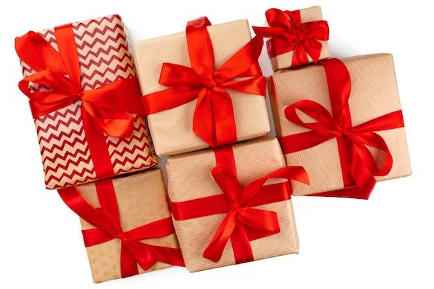 흰색 배경 평면도에 고립 된 빨간 리본 공예 크리스마스 선물