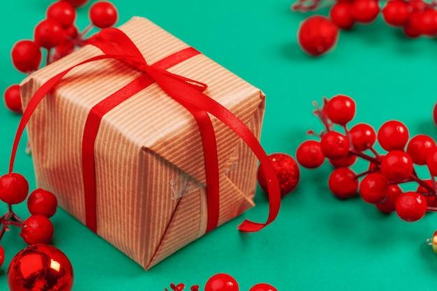 장식 된 크리스마스 배경에 빨간 리본으로 공예 크리스마스 선물