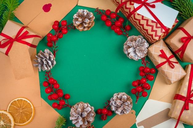 장식 된 크리스마스에 빨간 리본으로 크리스마스 선물 공예
