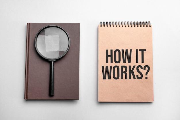 テキスト付きのクラフトカラーメモ帳仕組み。虫眼鏡付きのメモ帳。ビジネスコンセプト