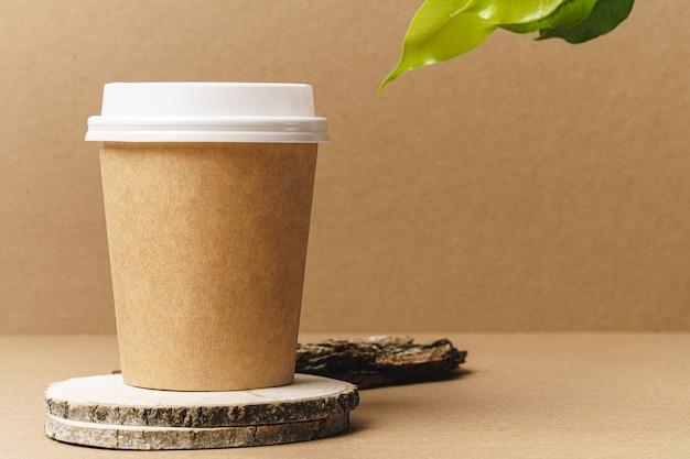 공예 일회용 컵과 녹색 잎