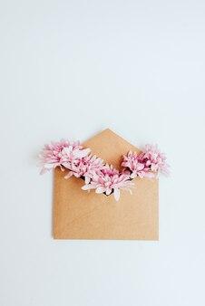 Ремесленный конверт, наполненный цветами, вид сверху
