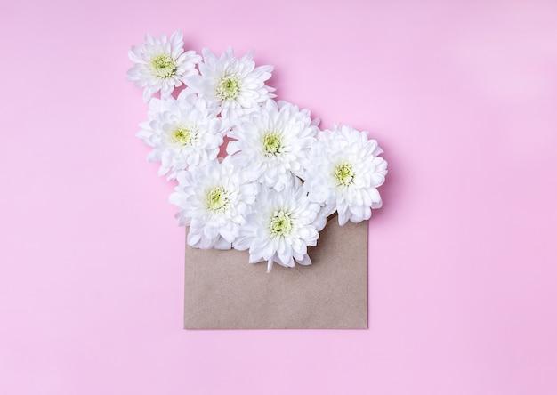 흰 국화 꽃과 공예 봉투