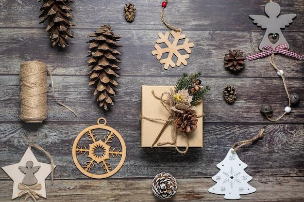 天然素材を使ったギフトボックスとお祝いのクリスマスデコレーション