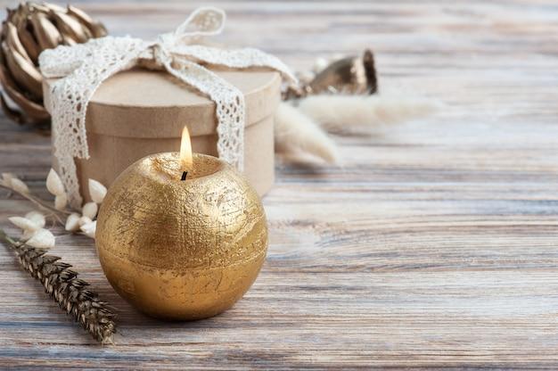 Поделка подарочная коробка и золотые сухие цветы