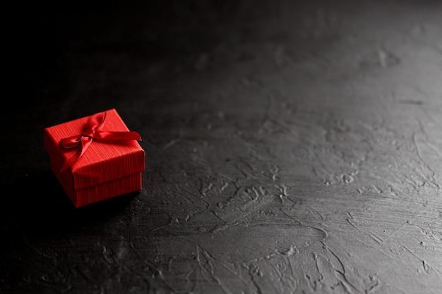 Поделка подарочная коробка на черном фоне, украшенная бантом. на день рождения, юбилей подарки, подарочные открытки.